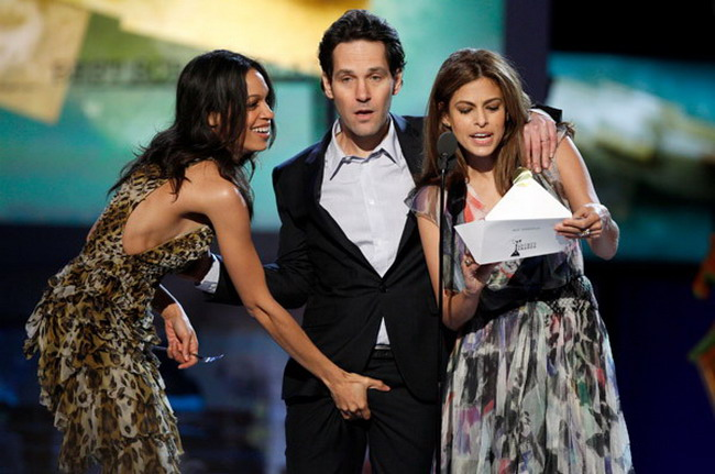 rosario_dawson_paul_rudd.crotch.jpg